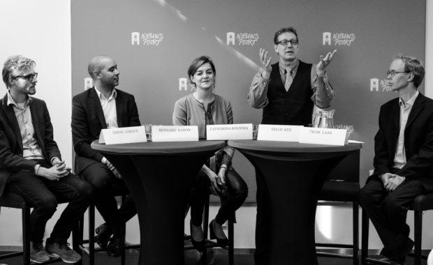 zwartwit foto van de persconferentie van snbn