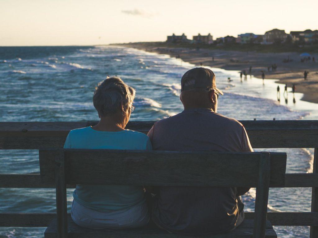 ouder stel geniet van pensioen aan het water