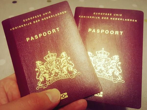 twee glanzende Nederlandse paspoorten