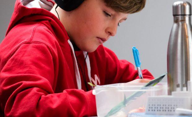 kind zit aan nederlandse les in het buitenland
